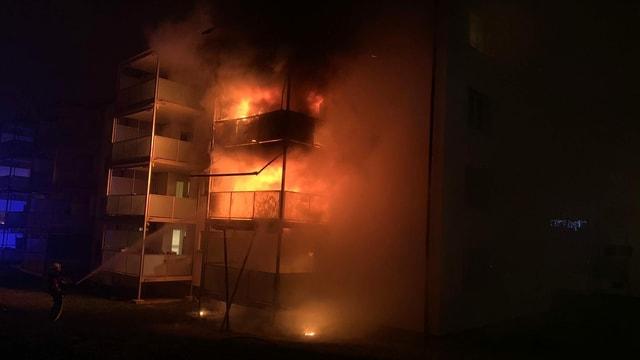 Ein Mehrfamilienhaus steht in Brand.
