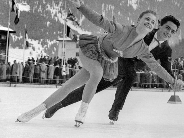 Junges Eiskunstlaufpaar dreht Runde.
