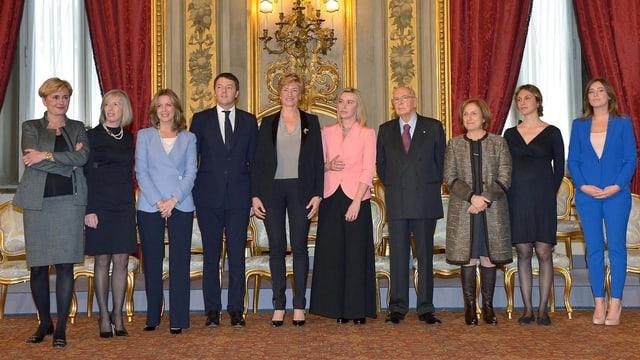 Premier Renzi und Statspräsident Napolitano stehen in einer Reihe mit Frauen