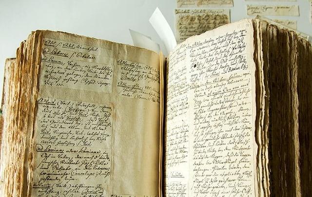 Altes Buch mit zerfledderten Seiten.
