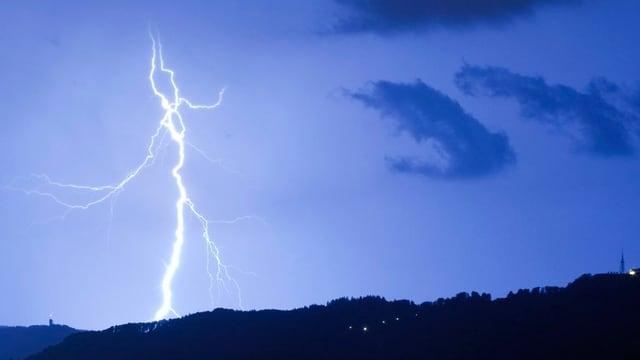 Ein Blitz erhellt den Nachthimmel (Symbolbild)