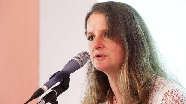 Frau vor Mikrofon