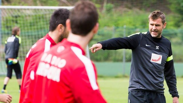 Sven Christ dirigiert die Spieler beim Training mit seinem Team.