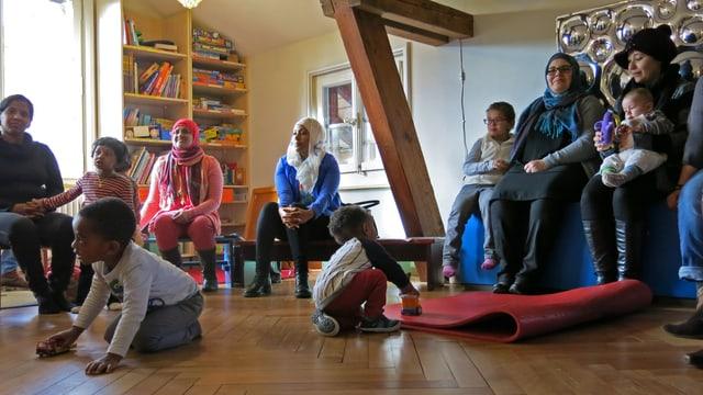 Frauen und Kinder an einem Anlass im Rahmen des Berner Förderprogramms «primano».