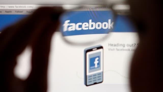 Facebook-Schriftzug durch Brillenglas gesehen