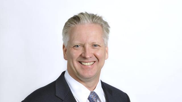 Ein Mann mit blond-grauen Haaren.