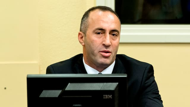 Ramush Haradinaj sitzt hinter einem Computer