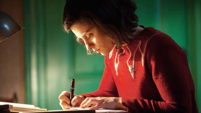 Anne Frank, gespielt von Rosa da Silva, schreibt Tagebuch.