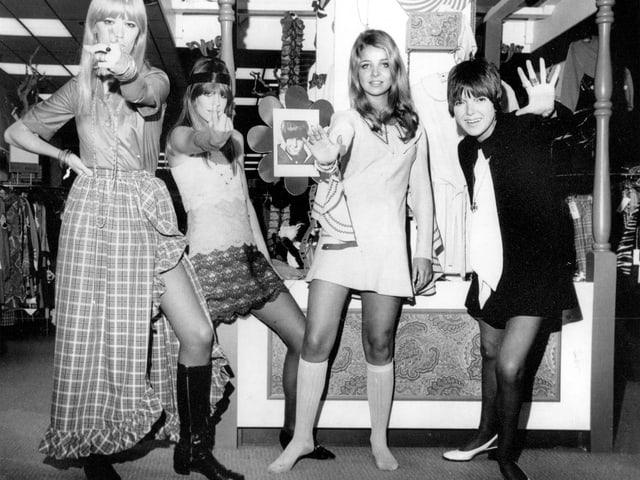 Schwarz-weiss-Bild von Models, die Mode zeigen.