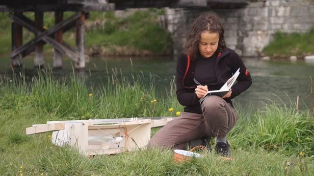 Anna Sidonia Marugg cul instrument per ramassar las particlas
