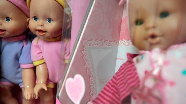 Mehrere Puppen in einem Regal