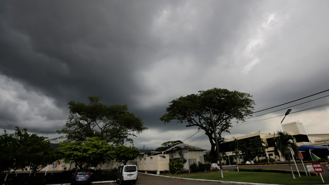 Dunkle Wolken über einer Wohngegend