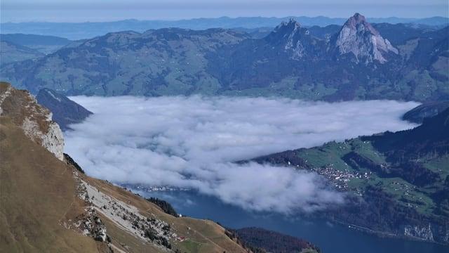 Blick vom Oberbauenstock auf den Vierwaldstättersee, die Mythen und den mit Nebel gefüllten Talkessel von Schwyz.