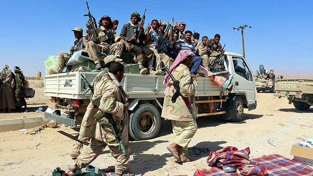 Bewaffnete Männer auf Lastwagen