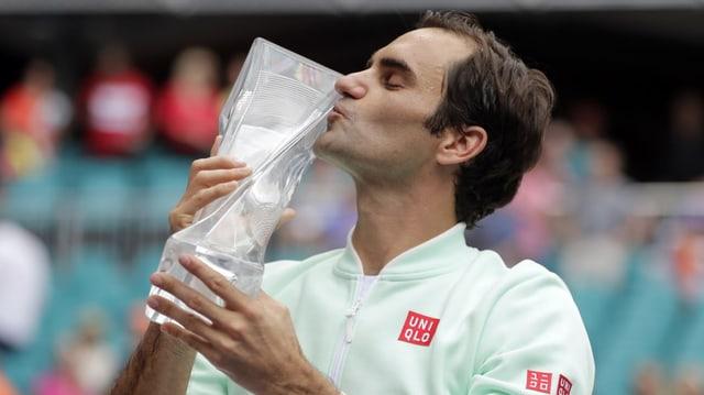 Federer bitscha ses pocal da glas. - durant l'undrientscha dals victurs.