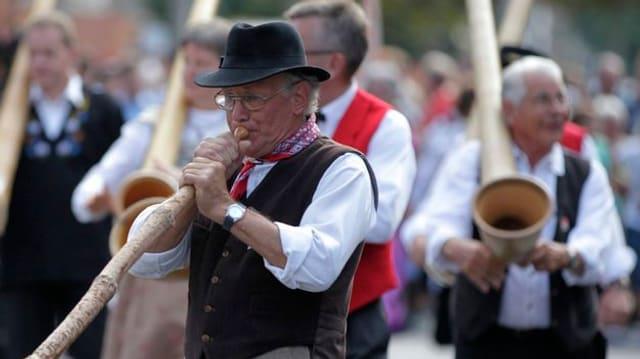 Naturalphorn-Spieler am Umzug am eidgenössischen Volksmusikfest 2011 in Chur.