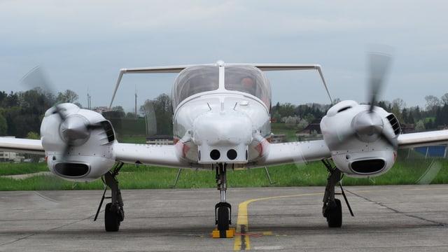 Ein Flugzeug vom Typ DA-42 auf dem Militärflugplatz Emmen. Es lässt sich auch als Drohne einsetzen und weiterentwickeln.