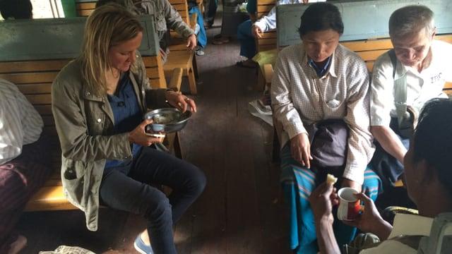 Barbara Lüthi beim Mittagessen im Zug in Burma.