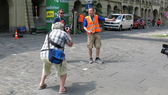 Ein Mann erläutert den Medien die Strecke.