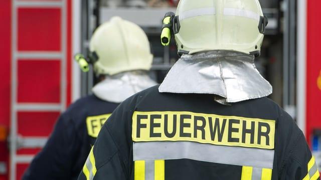 Zwei Feuerwehrleute von hinten