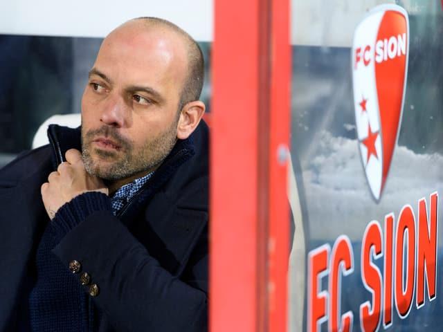 Sion-Trainer Gabri sitzt nachdenklich auf der Bank.