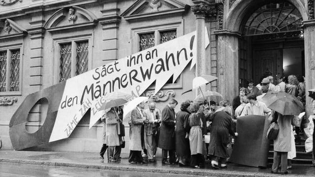 Mitglieder der Sozialistischen Arbeiterinnen und Arbeiterpartei fordern die Gleichstellung von Mann und Frau. Auf der Säge steht ihr Motto: «Sägt ihn an den Männerwahn!».