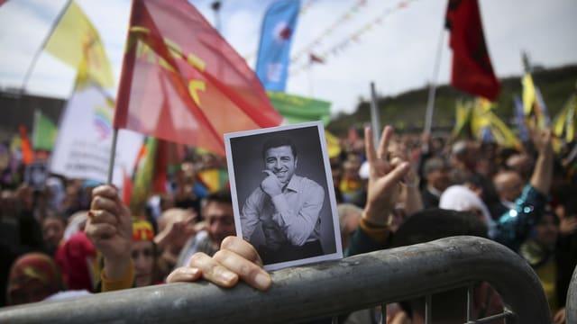 Demonstrant hält Bild von Demirtas hoch