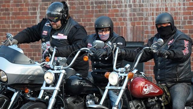 Drei Mitglieder der Hell's Angels auf ihren Motorrädern