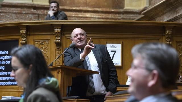 Ulrich Giezendanner referiert im Nationalratssaal