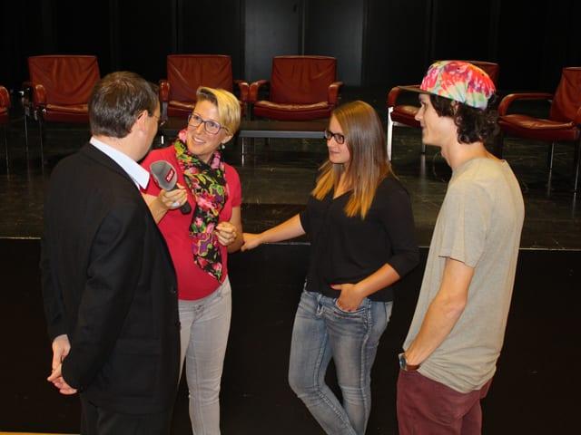 Priska Dellberg interviewt Schüler und einen Kandidaten.