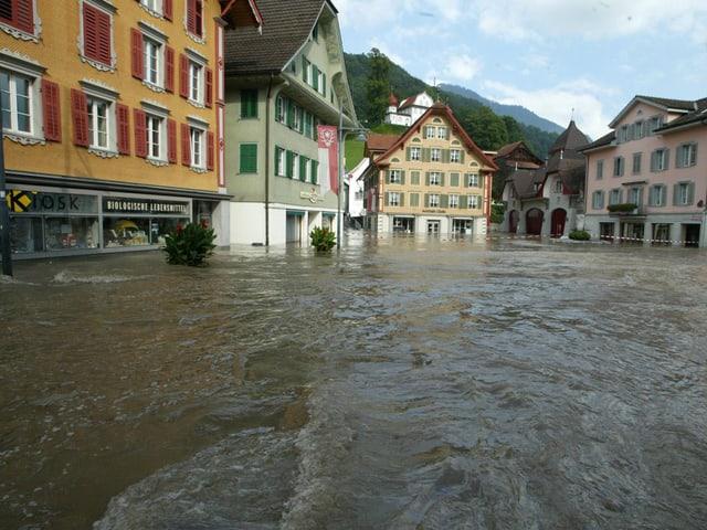 Blick auf den überschwemmten Dorfplatz von Sarnen.