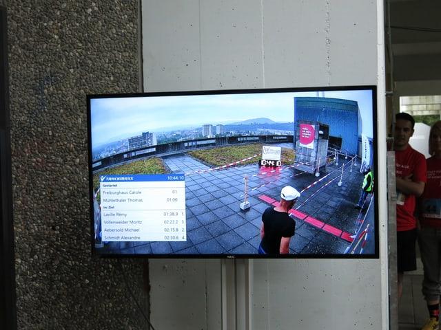Bildschirm zeigt Zielankunft auf dem Hochhausdach.
