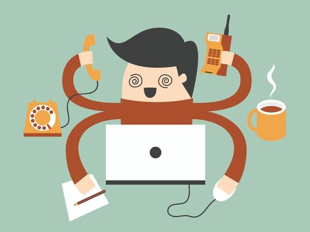 Comicmännlein mit 4 Händen am Telefonieren, Maus bedienen, von Hand schreiben und am Handy