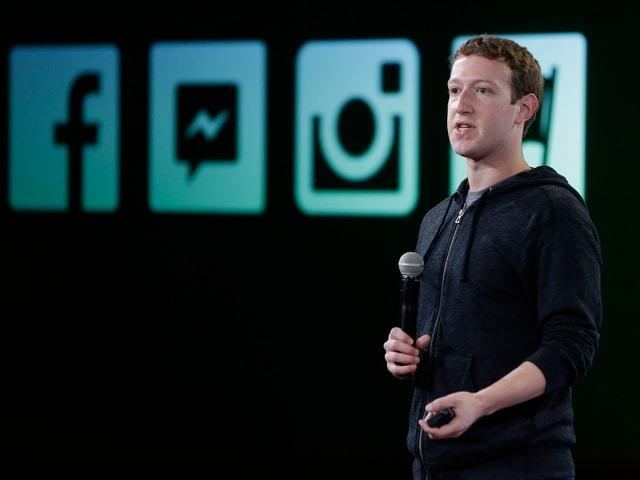 Zuckerberg auf Bühne.