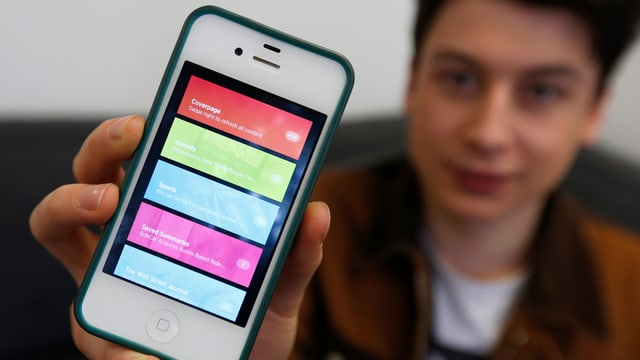 Nick D'Aloisio zeigt seine Zusammenfassungs-App «Summly» auf dem iPhone.