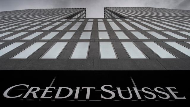 Aufsicht auf Credit-Suisse-Gebäude mit Logo.