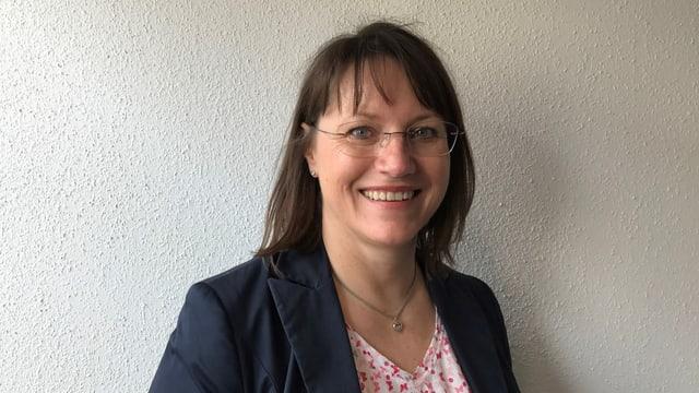 Sabine Krattiger vor Wand