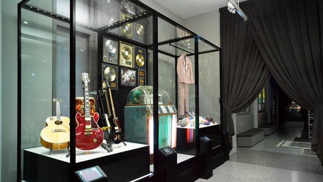 Musikinstrumente werden in einem Museum ausgestellt