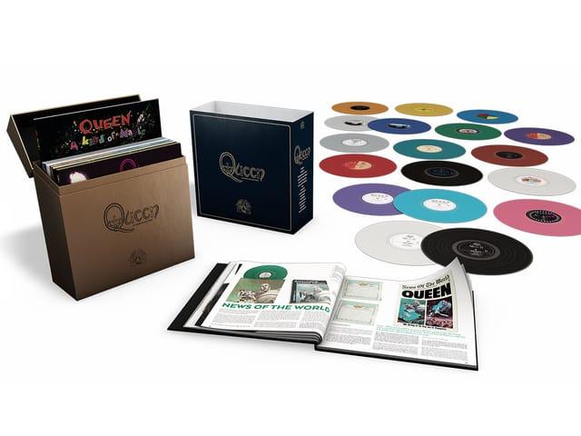 Auslegeordnung mit dem Inhalt der Queen-Box: 15 farbige Vinyl-Alben und Hardcover-Buch mit Illustrationen.