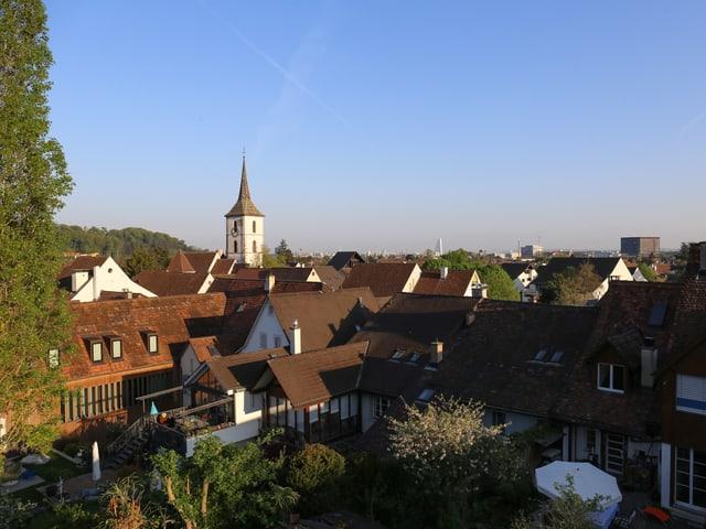 Blick über Häuserdächer Richtung Basel.