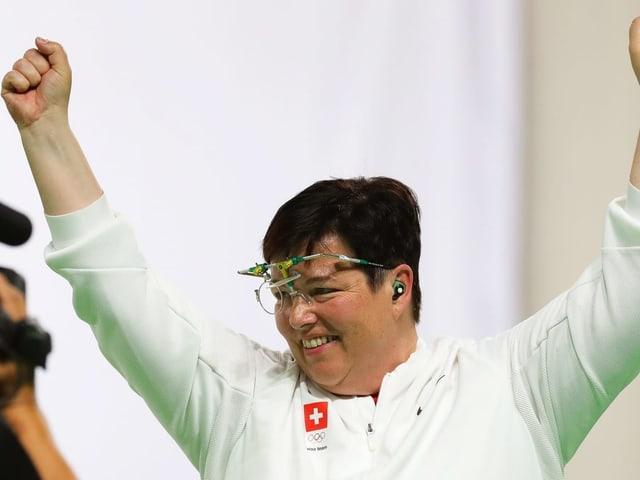 Heidi Diethelm Gerber streckt die Arme in die Höhe.