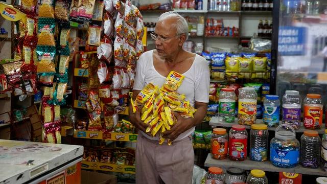 Ein indischer Ladenbesitzer räumt Maggi-Nudeln aus seinem Geschäft.