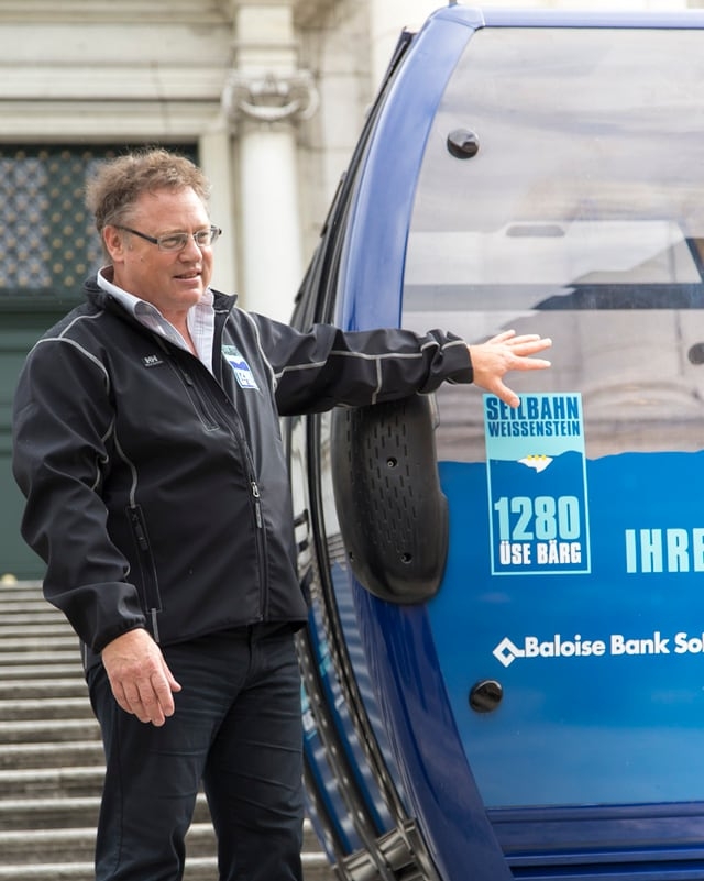 Urs Allemann, Verwaltungsratspräsident der Seilbahn Weissenstein AG, präsentiert die Gondel und das neue Logo.