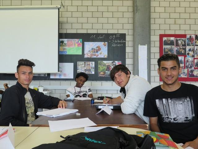 Junge Männer an Tisch.