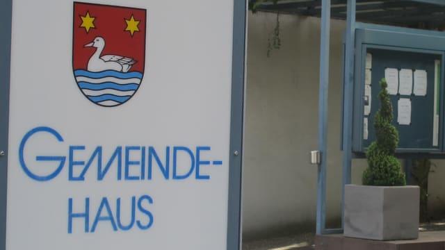 Tafel vor dem Gemeindehaus von Oberentfelden