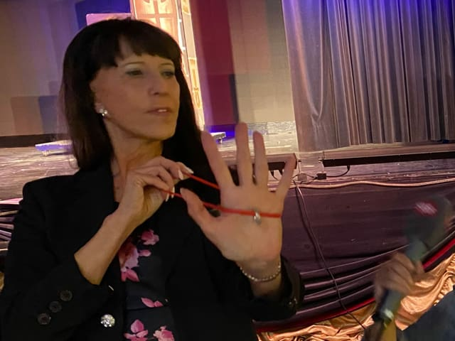 Kim und Rosa-Malena zeigen den Ring an der Schnur