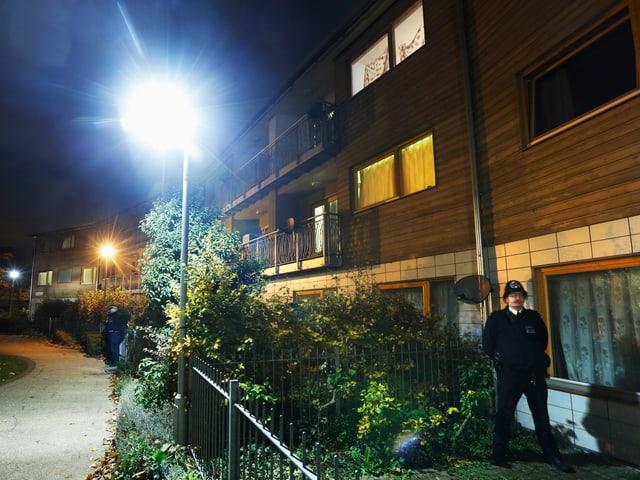 Haus in Brixton, England, wo das Paar 30 Jahre lang seine Geiseln hielt. Davor hält ein Polizist Wache.