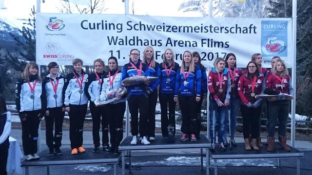 Plirs teams da curling da las dunnas sin in podest