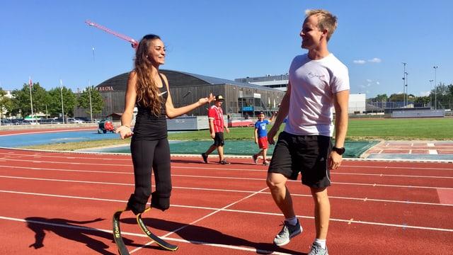 Abassia Rahmnani mit ihrem Trainer Georg Pfarrwaller auf der Bahn der Sportanlage Deutweg.