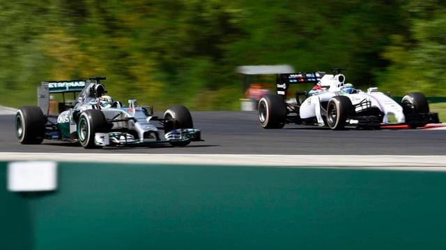 Lewis Hamilton überholt Felipe Massa.